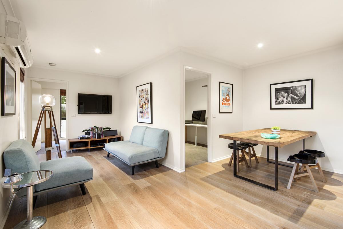 Moderne Wohnung mit Möbel und Tische
