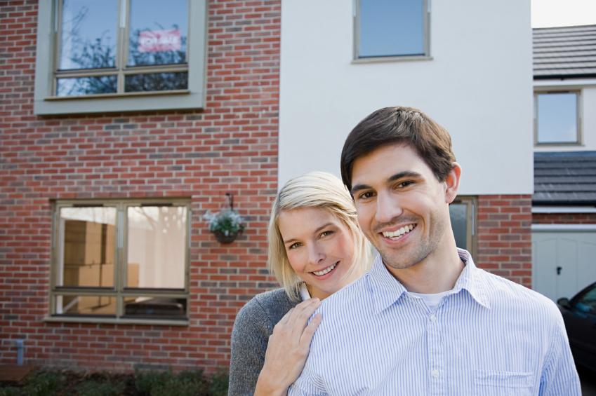 Mann und Frau vor ein Haus
