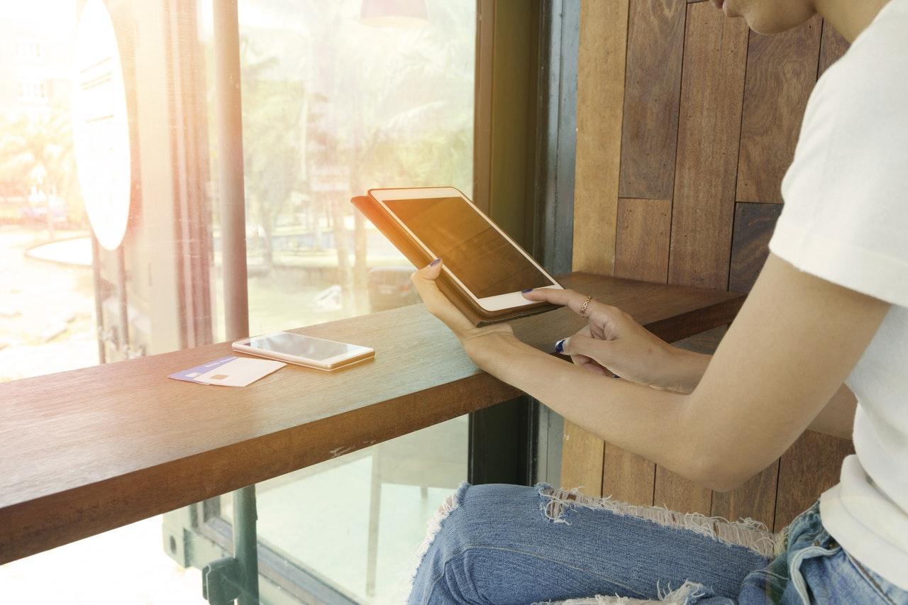 Frau mit iPad