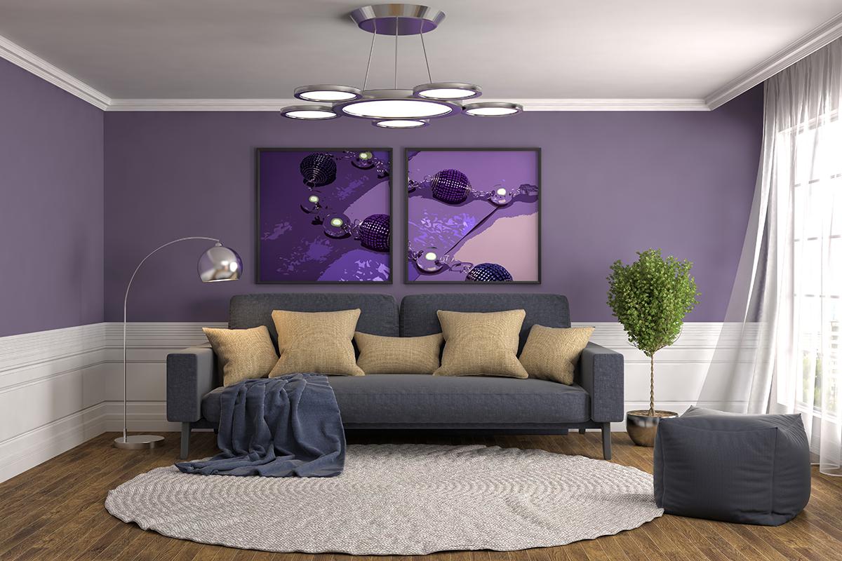 Sofa mit violetter Wand