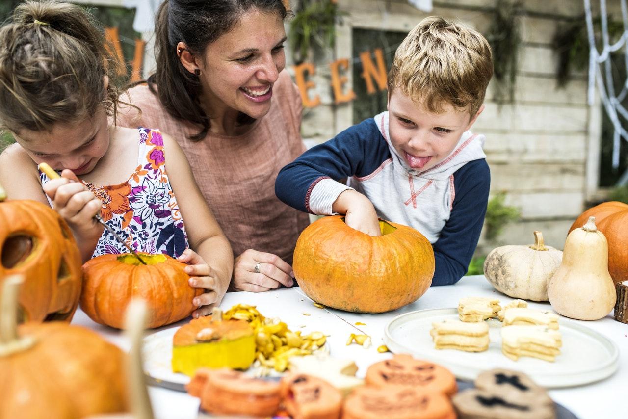 Kürbis dekorieren mit Kindern
