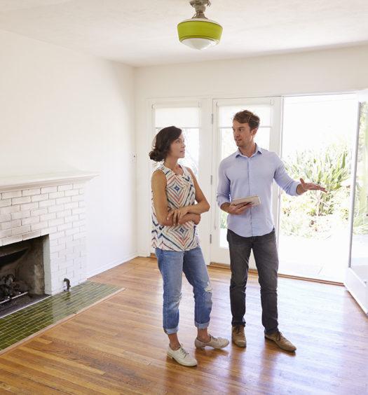 Mann zeigt Frau eine Wohnung
