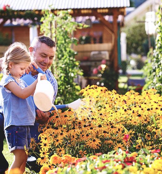 Vater und Tochter im Garten