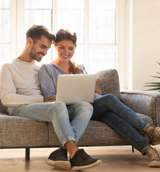 Paar auf dem Sofa mit PC